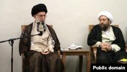 صادق آملی لاریجانی رئیس سابق قوه قضائیه در کنار رهبر ایران