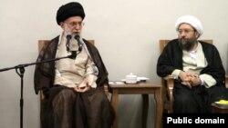 وزیر خارجه آمریکا با اشاره به ثروت هنگفت خامنه ای و لاریجانی، مقام های ارشد ایران را بیشتر از سران یک حکومت، به مافیا شبیه دانست.