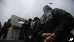 警察守卫着谷开来出庭受审的合肥市中级人民法院(2012年8月9日)