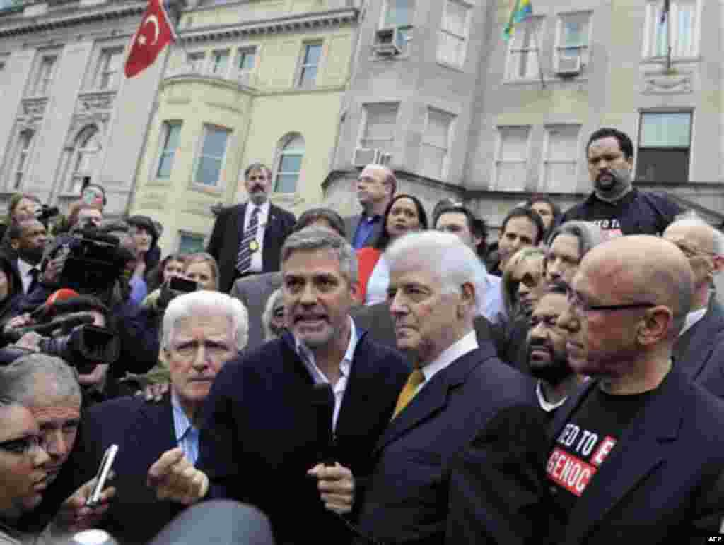 (слева-направо): член Палаты представителей США Джим Моран, Джордж Клуни, отец актера Ник Клуни и Том Эндрюс, президент компании «Объединимся против геноцида»