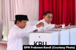 Capres nomor urut 02 Prabowo Subianto memberikan hak suara di TPS 041 Desa Bojong Koneng, Bogor, Jawa Barat, Rabu pagi, 17 April 2019. (Foto: BPN Prabowo-Sandi)