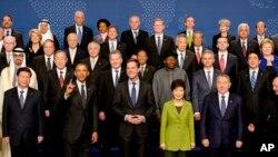 지난 2014년 3월 네덜란드 헤이그에서 열린 핵안보정상회의에서 참가국 정상들이 기념촬영을 했다. 바락 오바마 미국 대통령과 시진핑 중국 국가주석, 박근혜 한국 대통령, 아베 신조 일본 총리도 촬영에 임했다.