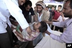 Des secouristes et des passants aidant un blessé