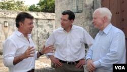 El presidente de Colombia, Juan Manuel Santos (i),y los senadores de EE.UU. John Barrasso (c), y John McCain (d).