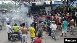 Brasileños queman las pertenencias de refugiados venezolanos, mientras bloquean una calle cerca de la frontera con Venezuela en un puesto de control de la frontera en Paracaima, estado brasileño de Roaraima. Agosto 18 de 2018. Reuters.