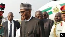 Le président Muhammadu Buhari à sa descente d'avion à Abuja, Nigeria, 19 août 2017.