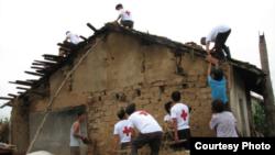 지난해 북한 수해 지원을 위해 함경남도 탄촌에 파견된 적십자사 직원들. 국제적십자사 제공.