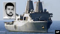 Fotografía de archivo de Abu Anas al-Libi, quien está siendo interrogado abordo del USS San Antonio, que aparece al fondo.