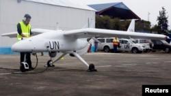 Un technicien apprêtant un drone onusien de surveillance à Goma, dans l'Est de la RDC
