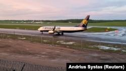 Самолет авиакомпании Ryanair садится в вильнюсском аэропорту. 23 мая 2021 г.