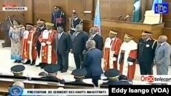 Ba magistrats ya likolo na président Félix Tshisekedi (C) nsima na kolapandayi mpo kobanda mosala na bango na Palais de la nation, Kinshasa, 19 février 2020. (VOA/Eddy Isango)