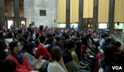 数百哥大学生出席演讲会 (美国之音方冰拍摄)