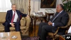 Bộ trưởng Ngoại giao Ai Cập Sameh Shukri, phải, gặp Đặc sứ Quốc tế về Trung Đông và đồng thời là cựu thủ tướng Anh Tony Blair tại Bộ Ngoại giao Ai Cập ở Cairo, 6/8/2014.