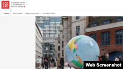 """倫敦經濟學院網站顯示的校園裡由透納獎得主、藝術家沃林格設計的藝術品地球儀""""顛倒的世界""""。(網絡截圖)"""