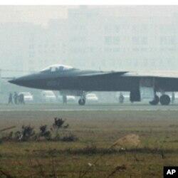 一架据报是中国的隐形战机2011年1月7日停在成都的一个机场