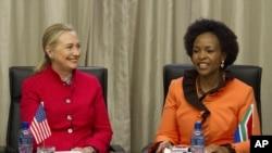 AQSh Davlat kotibasi Xillari Klinton Janubiy Afrika Tashqi ishlar vazirasi Maite Nkoana-Mashabane bilan uchrashmoqda, Pretoriya, Janubiy Afrika, 7-avgust, 2012-yil.