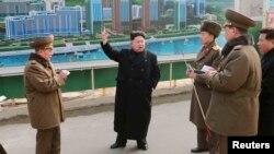 Lãnh tụ Bắc Triều Tiên Kim Jong Un đưa ra các hướng dẫn khi đến thăm công trường xây dựng ở Bình Nhưỡng. Các tổ chức nhân quyền và LHQ muốn đưa các giới chức Bắc Triều Tiên, kể cả ông Kim Jong Un ra xét xử trước Tòa Hình sự Quốc tế về tội ác chống nhân loại.
