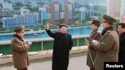 朝鲜中央通讯社的照片显示金正恩在访问科学家大街的建筑工地时对军人讲话(2015年2月15日)