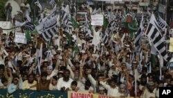 Warga di Lahore Pakistan melakukan demonstrasi mengutuk Amerika atas hadiah 10 juta dolar bagi penangkapan Hafiz Mohammad Saeed, Jumat (6/4).