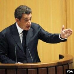 Peringkat kepopuleran Presiden Sarkozy yang hanya 38 persen, terpukul dengan skandal hadiah yang diterima para pejabat pemerintahannya.
