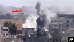 9월 21일 정부군의 포격으로 검은 연기와 화염이 치솟는 시리아 홈스지역