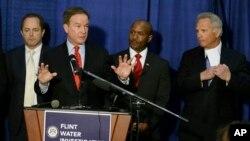 Jaksa Agung negara bagian Michigan, Bill Schuette (kedua dari kiri) memberikan penjelasan kepada media, di Flint, Michigan, Rabu (20/4).