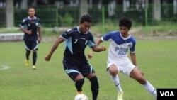 Arga Permana dari PSIM berebut bola dengan Arif Ariyanto dari Persela. (VOA/Nurhadi Sucahyo)