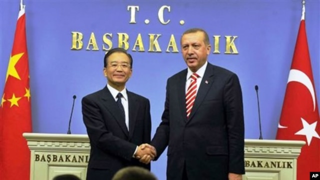 Turkish Prime Minister Recep Tayyip Erdogan (r) and his Chinese counterpart Wen Jiabao after a news conference in Ankara, 08 Oct 2010