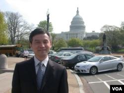 为李庄案写公开信的贺卫方2006年在华盛顿留影 (美国之音记者致远拍摄)