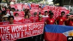 Người Việt Nam và Philippines xuống đường biểu tình trước Lãnh sự quán Trung Quốc tại thành phố Makati, ngày 16/5/2014.