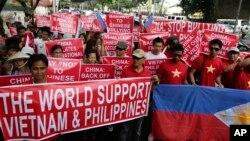 Người Philippines và Việt Nam trong một cuộc biểu tình chống Trung Quốc ở Manila.