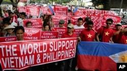 Chính phủ cũng như người dân Việt Nam và Philippines đang ngày càng xích lại gần nhau trước thế lấn lướt của Bắc Kinh trong khu vực.