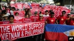 Người Việt và người Philippines cùng tham gia biểu tình trước lãnh sự quán Trung Quốc tại khu tài chính của thành phố Makati.