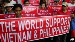 Giới quan sát cho rằng hành động của Trung Quốc ở biển Đông đang đẩy chính quyền cũng như người dân Việt Nam lại gần nhau hơn.