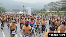 20일 서울 광화문광장에서 열린 '2015 하이서울 자전거대행진'에서 참가자들이 출발하고 있다.