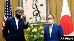 2021年8月31日美國總統氣候特使克里(左)在東京會見日本首相菅義偉。