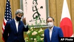 Đặc phái viên của Tổng thống Hoa Kỳ về Khí hậu John Kerry (trái) và Thủ tướng Nhật Bản Yoshihide Suga trong cuộc họp tại Tokyo, ngày 31 tháng 8 năm 2021.