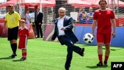 Tổng thống Nga Vladimir Putin đá bóng tại một sự kiện hôm 28/6.