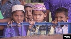 Participants prepare for midday worship at a mosque near Teknaf, Bangladesh. (S. Sandford/VOA)