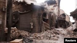 Foto tertanggal 2/10/2012 ini memperlihatkan gerbang batu bersejarah menuju kota tua Aleppo, Bab Antakya, yang hancur akibat perang Suriah.