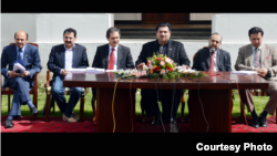 Federal Minister for Commerce, Engr. Khurram Dastgir Khan (center), addressing a press conference at the Pakistan embassy, Kabul, Afghanistan, April 16, 2015. (Official photo, Pakistan Commerce Ministry)