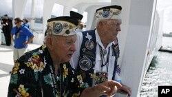 ທ່ານ George Richard (ຊ້າຍ) ແລະ ທ່ານ Charlie Boswell ທີ່ລອດຊີວິດຈາກການໂຈມຕີຂອງ Pearl Harbor ເວົ້າໃຫ້ຄົນຟັງວ່າ ພວກເຂົາເຈົ້າຢູ່ໃສ ໃນວັນທີ 7 ທັນວາ ປີ 1941 ໃນຂະນະທີ່ພວກເຂົາເຈົ້າ ເຂົ້າຢ້ຽມຊົມອະນຸສາວະລີ Arizona Memorial ທີ່ລະລຶກເຖິງສົງຄາມໂລກຄັ້ງທີ II ຢູ່ມະຫາສະມຸ