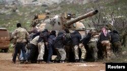 Para pemberontak Suriah dari kelompok TentaraPembebasanSuriah (FSA) yang didukung oleh negara-negara Barat (foto: dok).