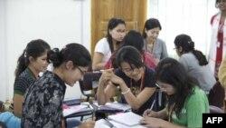 Loan và Giang cho rằng các bạn sinh viên các nước khác, thậm chí cả những bạn đến từ những nước nghèo hơn Việt Nam, có kiến thức rộng hơn sinh viên Việt Nam.