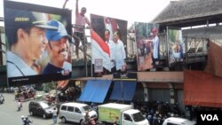 "Poster-poster presiden terpilih Joko ""Jokowi"" Widodo di Solo menyambut pelantikannya. (VOA/Yudha Satriawan)"