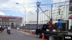 印尼工人为即将召开的万隆会议做准备,今年是万隆会议召开60周年 (美国之音图片)