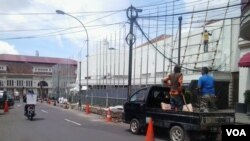 Penggantian lampu penerangan jalan umum di seputar Gedung Merdeka untuk menyambut peringatan KAA ke 60 tahun di Bandung. (VOA/R. `Teja Wulan)