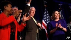 Para pemimpin DPR AS dari Partai Demokrat merayakan kemenangan dalam pemilu paruh waktu di Washington DC, Selasa (6/11).
