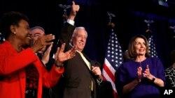 낸시 펠로시 하원 민주당 대표와 스테니 호이어 원내총무 등 민주당 의원들이 6일 워싱턴에서 열린 집회에서 민주당의 하원 다수당 지위 탈환을 축하하고 있다.