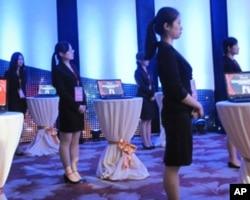央视年轻的编辑们随时准备向客人展示全球发布系统